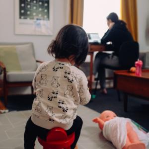 Mère en télétravail avec bébé
