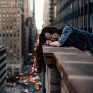 Femme allant faire sa sieste sur le toit de sont lieu de travail