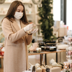 Client touchant un objet dans un commerce de luxe