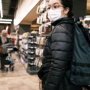 Cliente inquiète dans une épicerie