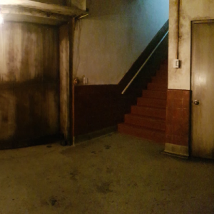 Salle sombre avec traces de rouille