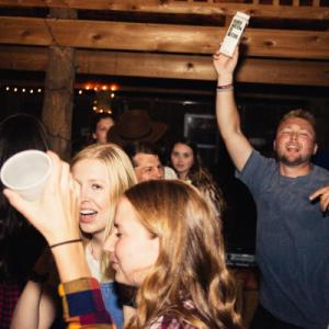 Jeunes adultes célébrant avec alcool