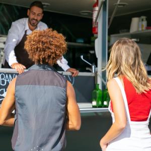Propriétaire d'un Food Truck, discutant avec ses clients