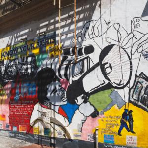 Graffiti avec une femme réclamant justice