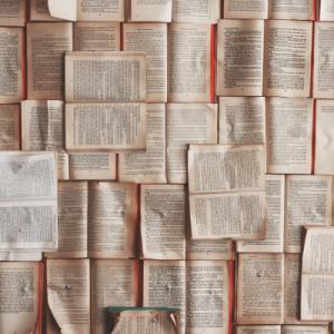 Pages de livres brochées sur un tableau