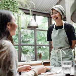 Serveuse discutant avec un client