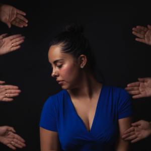 Femme entourée de main tendue