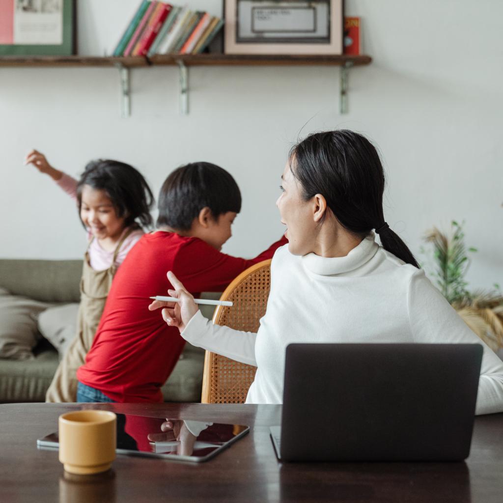 Enfants turbulents de mère en télétravail
