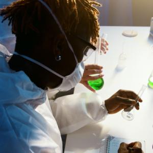 Adolescents faisant des expériences scientifiques