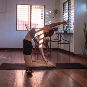 Femme pratiquant le yoga à la maison