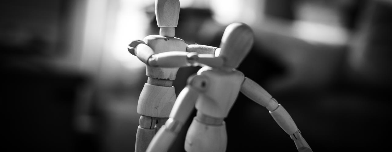 Deux personnages se battent au bureau