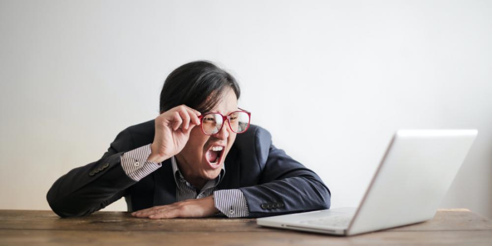 Employé hurlant devant son écran