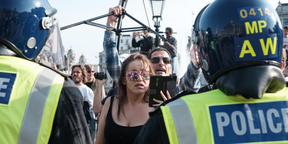 Femmes filmant des policiers
