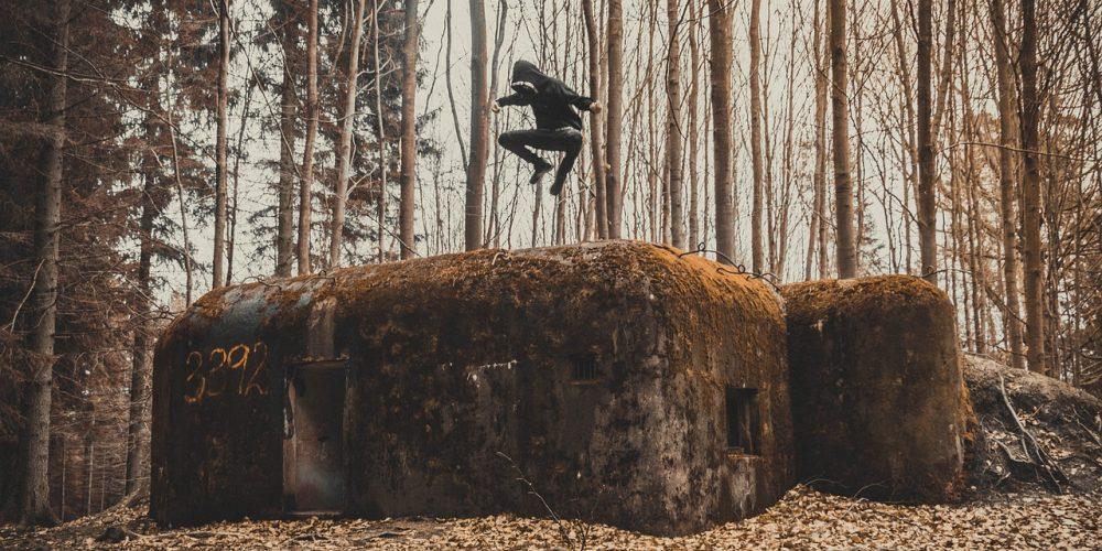 Jeune sautant par-dessus un binker
